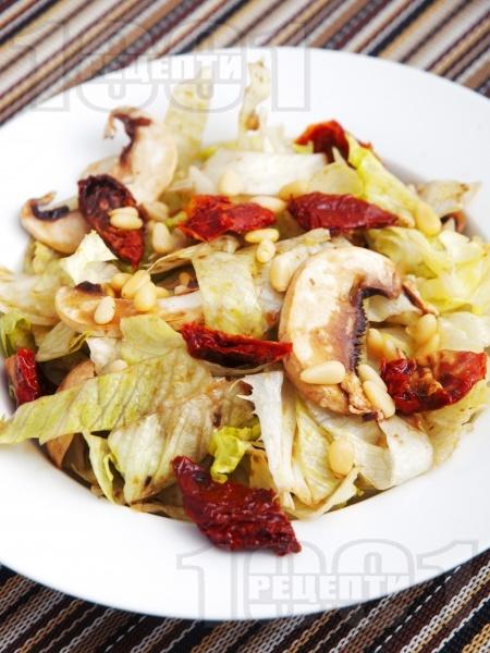 Салата айсберг със сушени домати и сурови гъби - снимка на рецептата